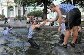 Десантники в день ВДВ купались в фонтане