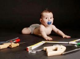 Играя со спичками, ребенок причинил вред младенцу