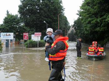 Амурские пограничники помогают пострадавшим амурчанам