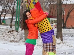 Благовещенский житель решил украсить дерево, чтобы сделать девушке подарок