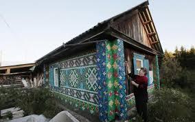 Жительница амурского села  использовала пластиковую тару для украшения своего дома