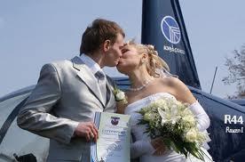 Жених сумел подать классический свадебный аксессуар необычным способом