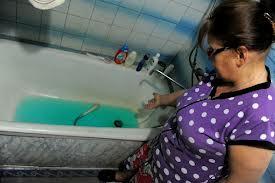 Синяя вода течет из крана водопровода в Свободном