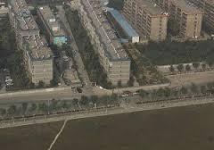 В КНР многоэтажка перекрыла шоссе