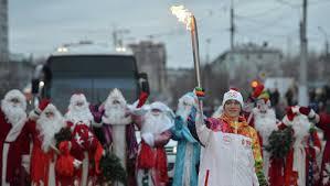 Факелоносцев в Благовещенске сопровождали Деды Морозы