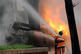 В Благовещенске пожарникам приходится тушить жилую «деревяшку»