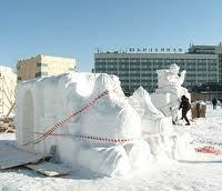 В Благовещенске разбирают снежный городок