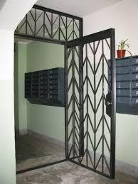Решетчатые двери: удобство, безопасность и эстетичный вид лестничной площадки